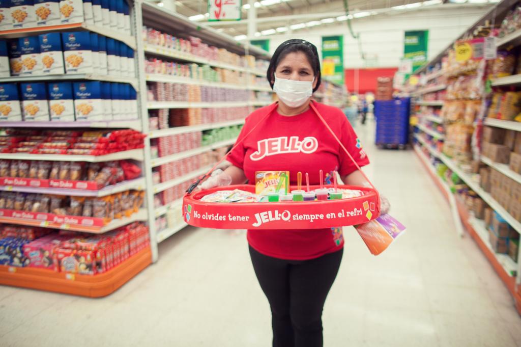 Mujer ofrece muestras de gelatina gratis en tienda