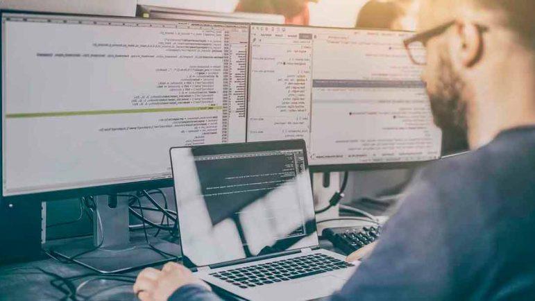 Hombre evalúa los resultados de los servicios de Desarrollo Full Stack