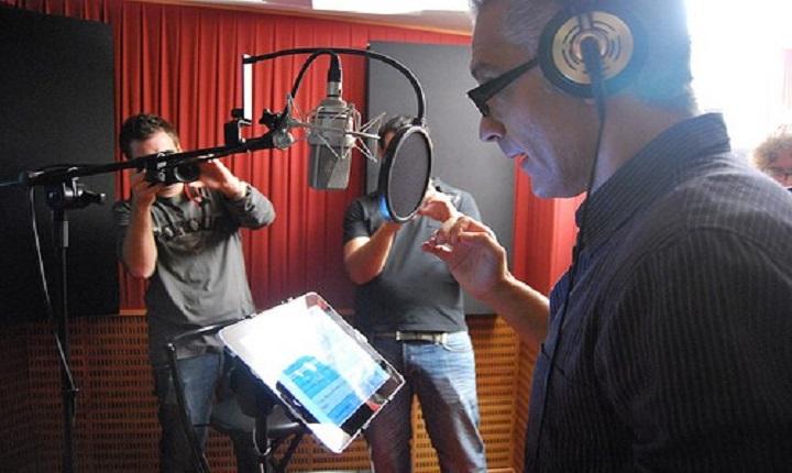 persona hace el doblaje de una película animada en estudio de grabación