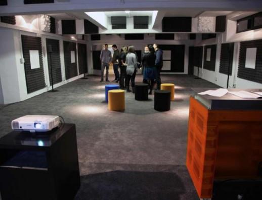 Personas experimentan con música en laboratorio de sonido