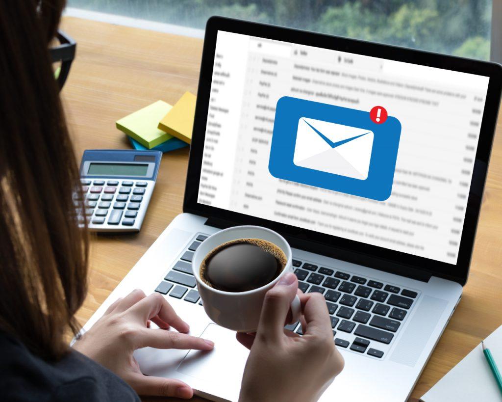 Personas buscando el servicio de email marketing