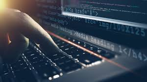 desarrollador backend realiza códigos en pc
