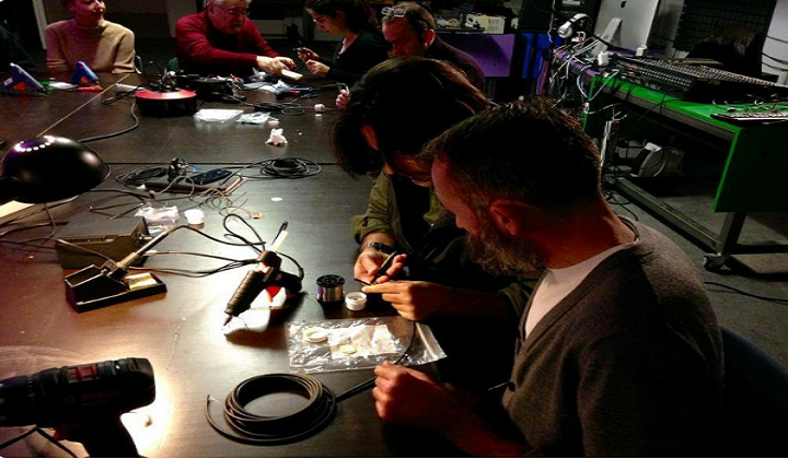 Personas investigan en estudios de laboratorio de sonido