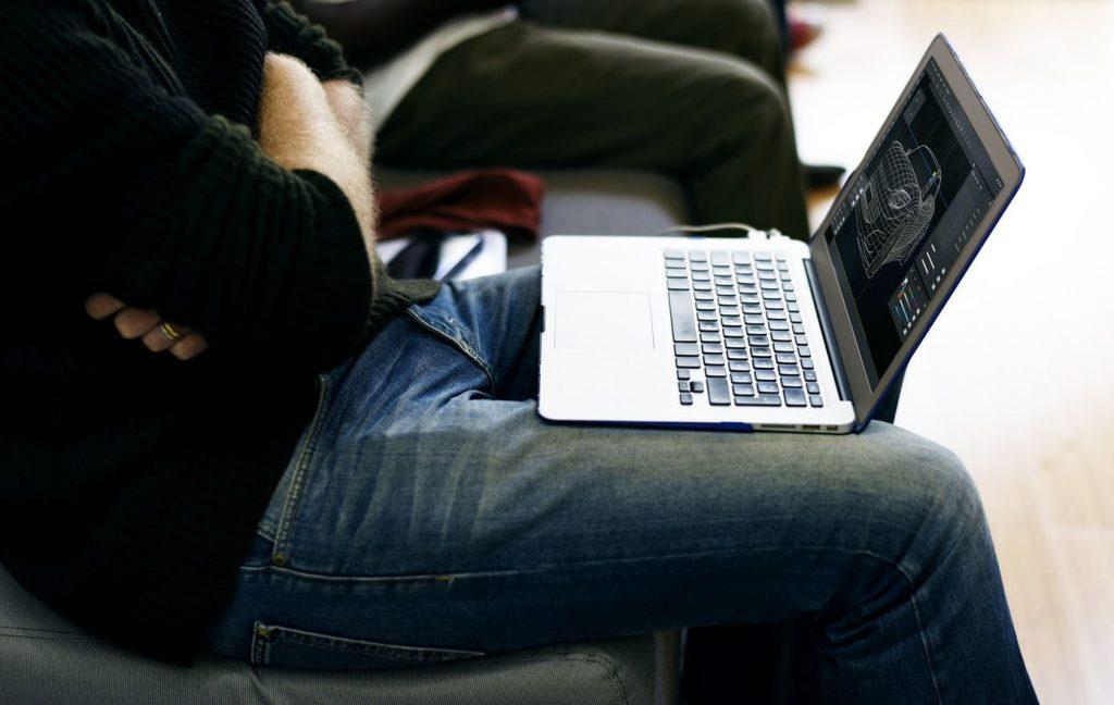 Persona entrando a una web móvil