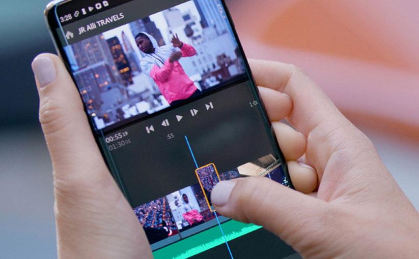 Persona reproduce un programa editor de vídeos en su teléfono móvil