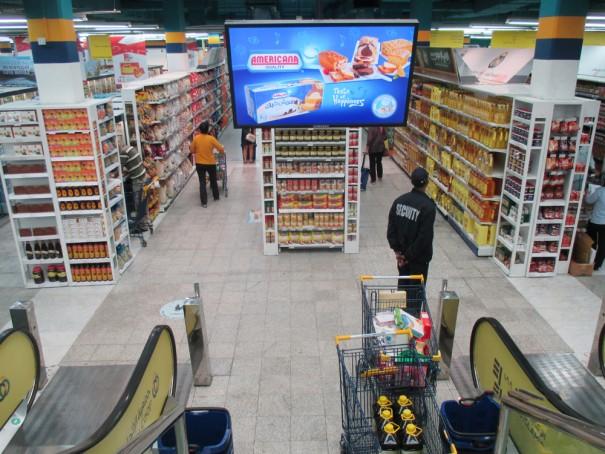 tienda departamental con publicidad indoor  en sus pasillos
