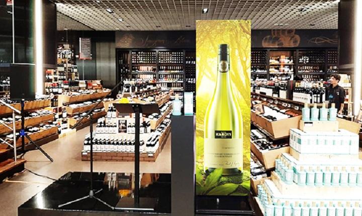 Anuncio de licor dentro de tienda de alcohol