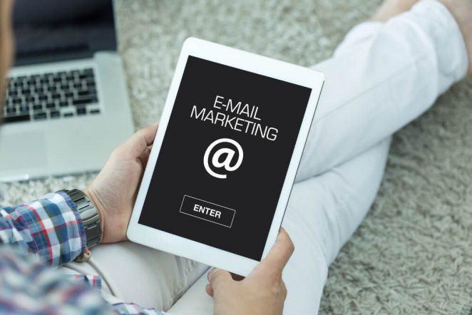 Persona busca sobre servicios de email marketing en su ipad