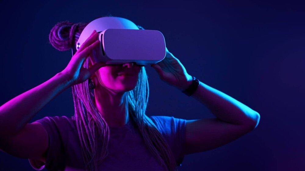 mujer prueba servicios de realidad virtual