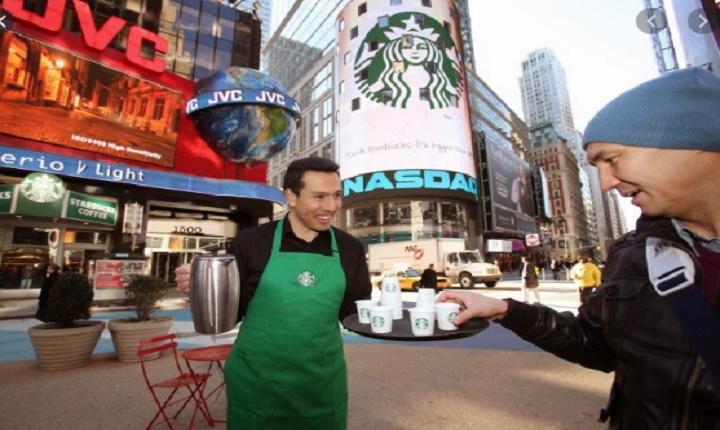 Starbucks practica el sampling marketing en New York