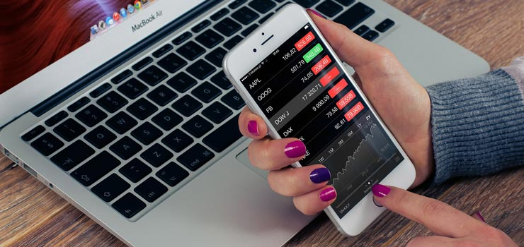 Persona mide los resultados de los servicios de desarrollo de aplicaciones móviles