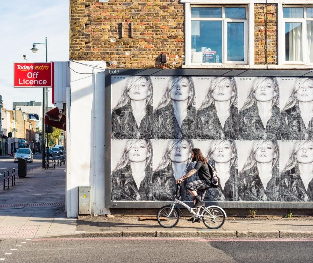 Publicidad exterior en una calle principal