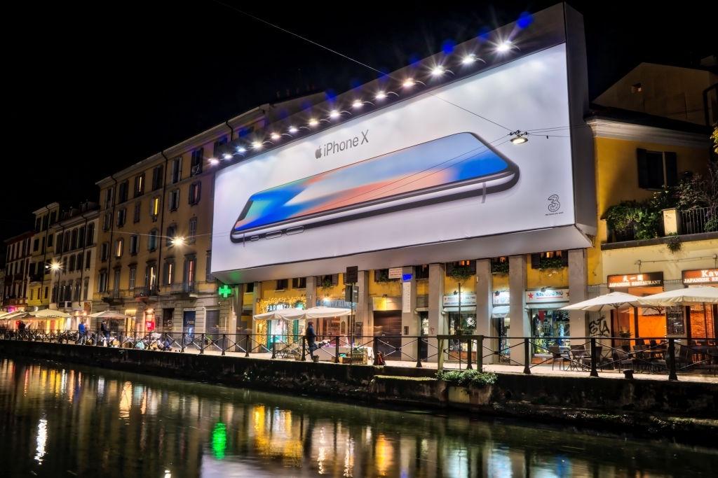 Publicidad de un celular en un lugar estratégico