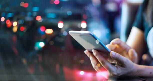 Usuario usando su dispositivo móvil