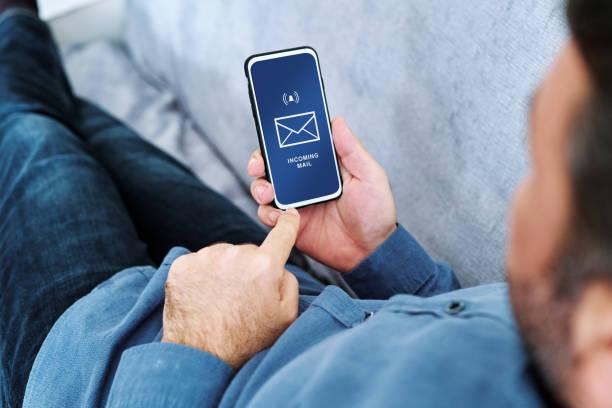 Persona recibiendo publicidad por correo electrónico